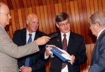 Entrega del premio al Dr. Don Miguel Leon Portilla.